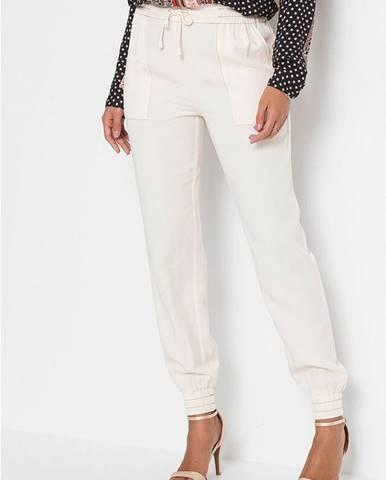 Nohavice s kontrastným prešívaním